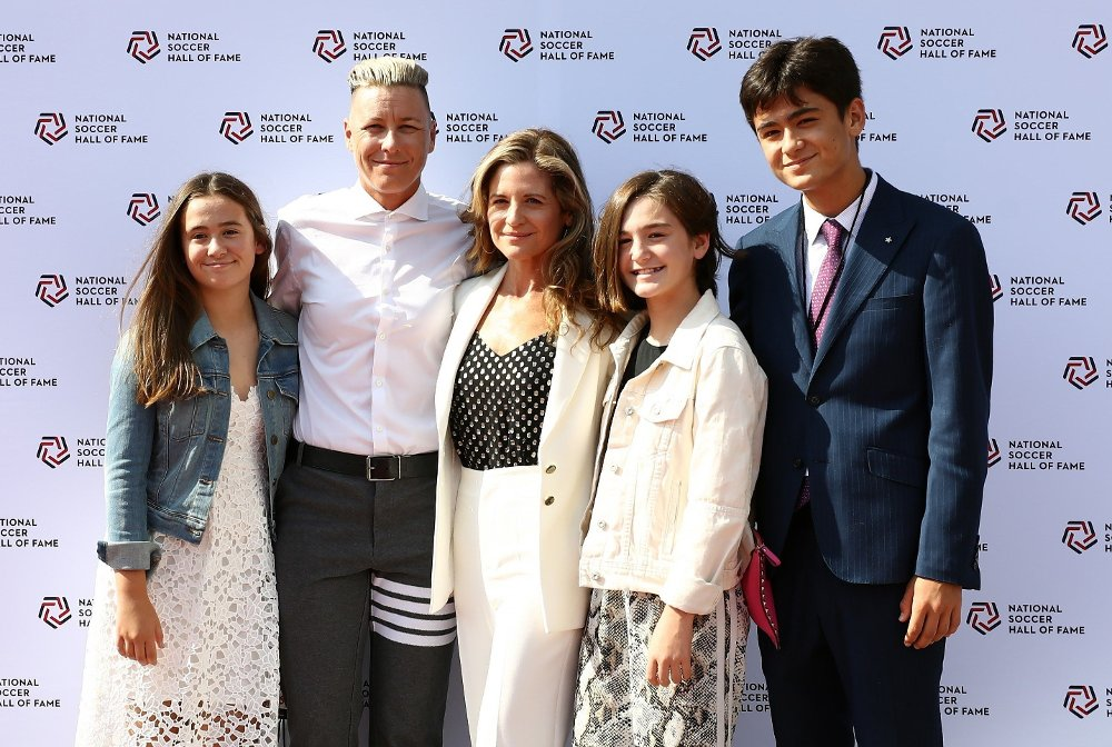 Klikk på bildet for å forstørre. 2019 National Soccer Hall Of Fame Induction Ceremony FRISCO, TEXAS - SEPTEMBER 21: Abby Wambach and Glennon Doyle with children, Chase, Tish and Amma during the 2019 National Soccer Hall Of Fame Induction Ceremony at Toyota Stadium on September 21, 2019 in Frisco, Texas. Ronald Martinez/Getty Images/AFP == FOR NEWSPAPERS, INTERNET, TELCOS & TELEVISION USE ONLY ==