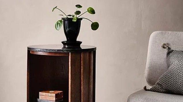 Klikk på bildet for å forstørre. Et praktisk og stilrent sidebord med flere oppbevaringsmuligheter.