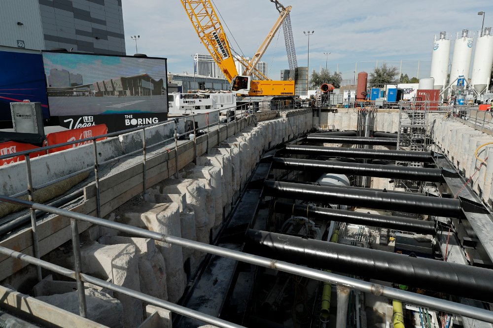 Klikk på bildet for å forstørre. A tunnel boring machine sits at the bottom of a construction site during a media tour at the Las Vegas Convention Center, Friday, Nov. 15, 2019, in Las Vegas. Officials held an event Friday to mark the start of a year-long project by Elon Musk's The Boring Company to drill underground tunnels for a people mover to whisk passengers between stations at the Las Vegas Convention Center.
