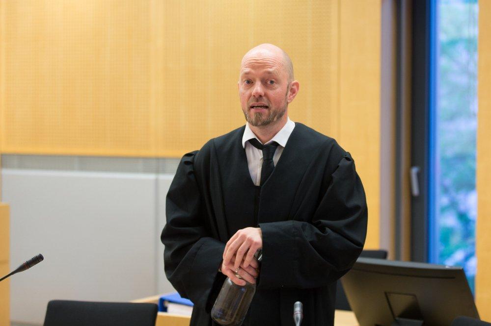 Klikk på bildet for å forstørre. Advokat Petter Bonde er forsvarer for skuespilleren. Bildet er fra en tidligere anledning i Oslo tingrett. Bildet viser Bonde stående med advokatkappe ved pulten sin i rettssalen.
