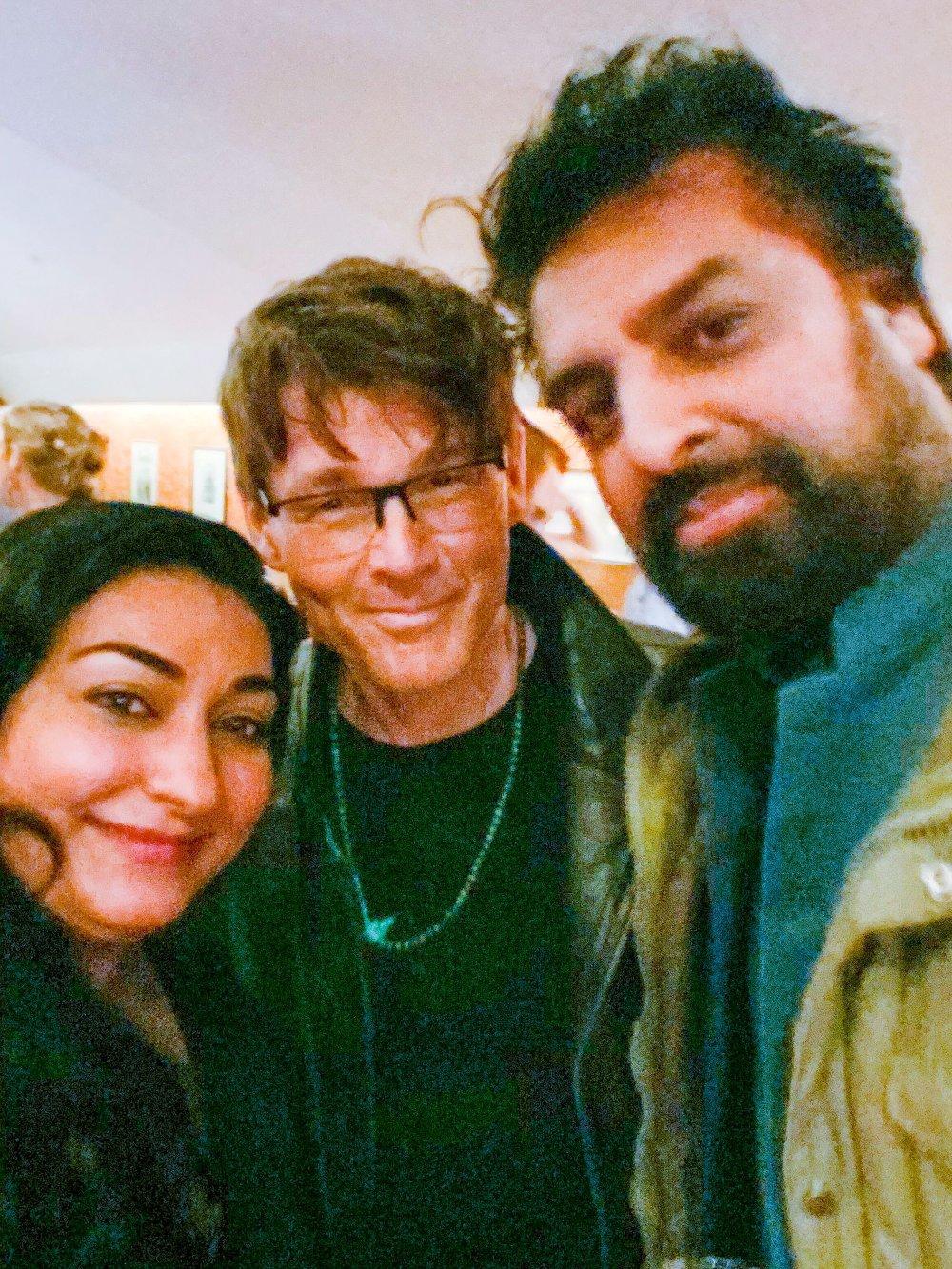 Klikk på bildet for å forstørre. Shabana Rehman og Zahid Ali ammen med Morten Harket, vokalist i A-ha.