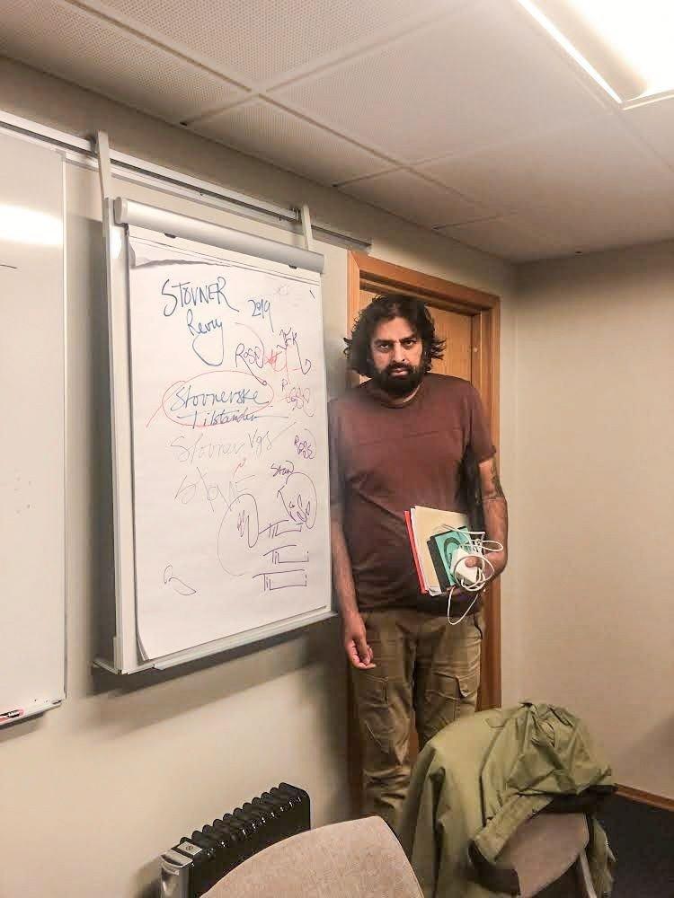 Klikk på bildet for å forstørre. Komiker Zahid Ali på møterommet på Son Spa Hotel.
