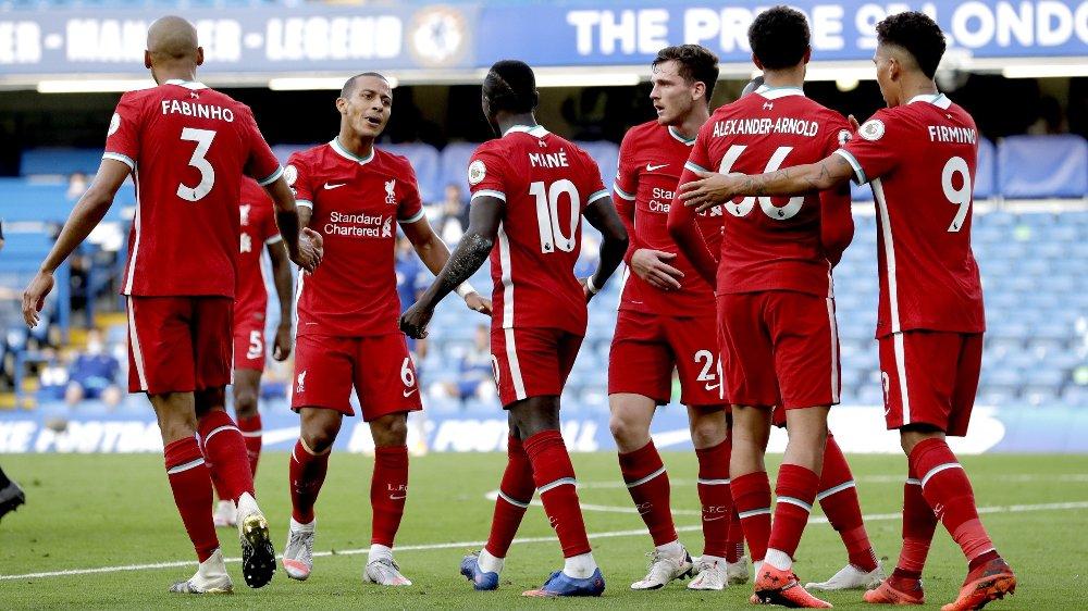Klikk på bildet for å forstørre. Liverpool's Sadio Mane celebrates scoring his side's second goal of the game with his teammates during the Premier League match at Stamford Bridge, London.