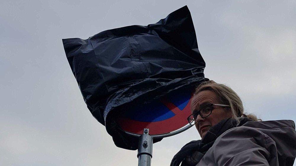 Klikk på bildet for å forstørre. Man ser klart og tydelig at den svarte søplesekken dekker over et «Parkering forbudt»-skilt.