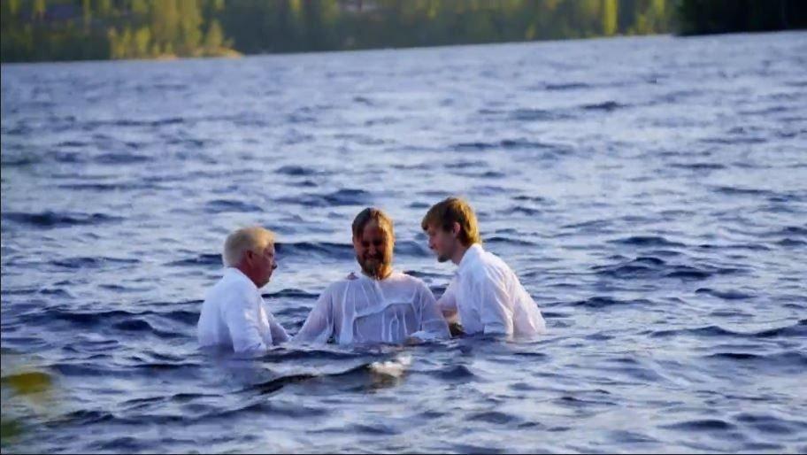 Klikk på bildet for å forstørre. HER BLIR HAN DØPT: Her blir Kjetil Kirk døpt av prest Thor Haavik og fadder Nils Kvalvik.