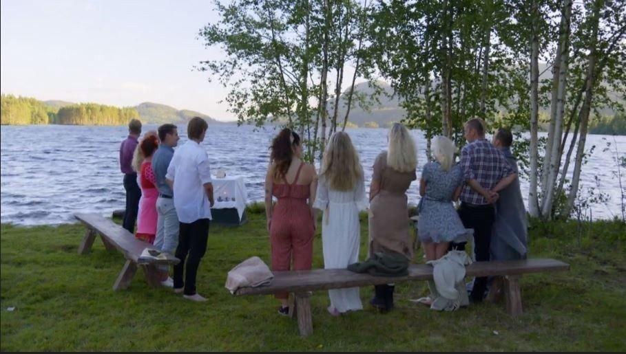 Klikk på bildet for å forstørre. FLOTT SEREMONI: Alle «Farmen»-deltakerne var samlet for dåpen til Kjetil Kirk. Episoden sendes søndag kveld på TV 2.