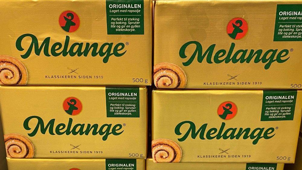 Klikk på bildet for å forstørre. ORIGINAL: Melange har hatt innpakning i gull i kombinasjon med rødt siden 1931, mens grønt ble introdusert i 1961. Grønn skrift har konsekvent vært brukt på produktnavnet. Rødt har i en årrekke vært benyttet på fantasidyret som vises over navnet på smørpakken.