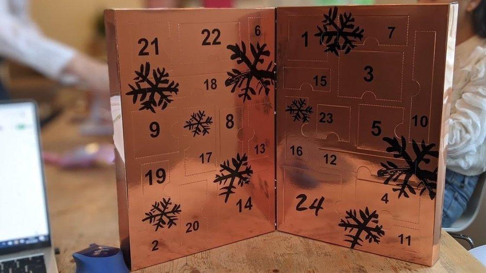 Klikk på bildet for å forstørre. Leppestift, øyenskygger og neglelakk er det man finner i denne kalenderen.