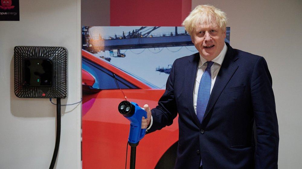Klikk på bildet for å forstørre. LADING: Storbritannia og statsminister Boris Johnsen har riktignok forlatt EU, men har også store ambisjoner når det gjelder fremtidig elbilbestand.