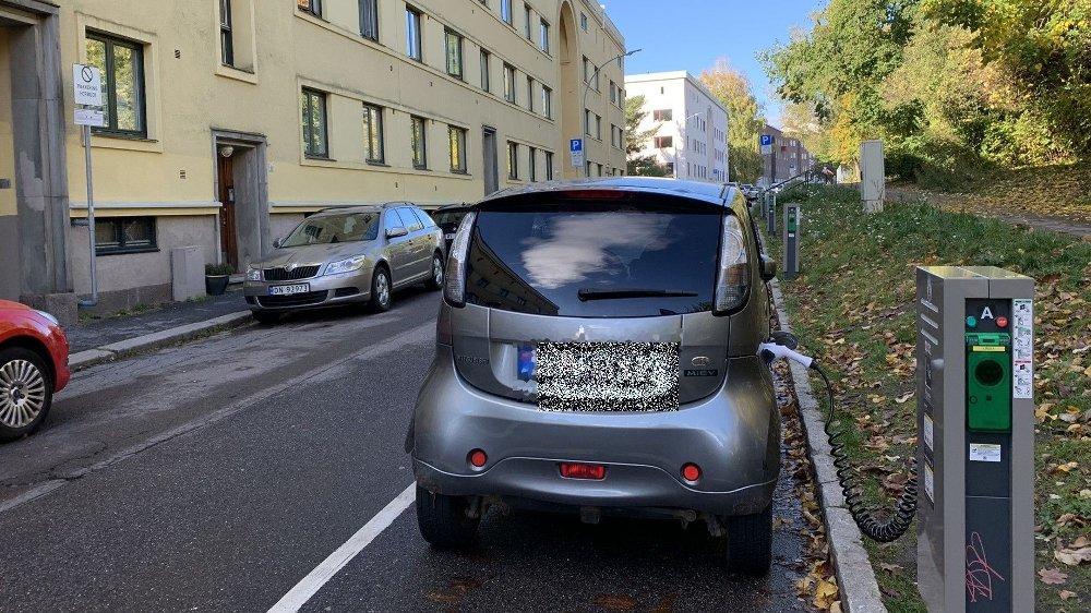 Klikk på bildet for å forstørre. SMAL BREDDE: I Konsvingergata, på Sagene, er det 3 meter mellom beboerparkeringsplassene i begge retninger, en halvmeter mindre enn hva kommunen oppgir som et breddekrav. Her har Bymiljøetaten også satt opp elbil-ladere.