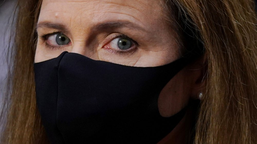 Klikk på bildet for å forstørre. U.S. Senate holds confirmation hearing for Barrett to be Supreme Court justice in Washington U.S. Supreme Court nominee Amy Coney Barrett wearing a face mask attends her confirmation hearing before the Senate Judiciary Committee on Capitol Hill in Washington, D.C., U.S., October 12, 2020. Kevin Dietsch/Pool via REUTERS