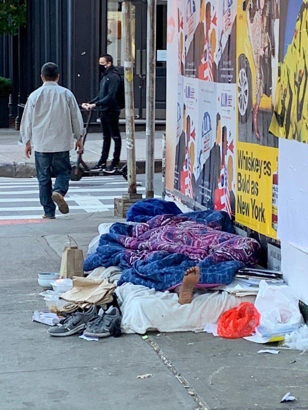 Klikk på bildet for å forstørre. Tall fra Economic Policy Institute viser at nesten 30 millioner amerikanere ikke hadde helseforsikring i fjor, og at rundt 12 millioner mennesker har mistet helseforsikringen de hadde gjennom sin arbeidsgiver på grunn av årets koronapandemi. På bildet kan du se en uteligger på gata i Soho på Manhattan.