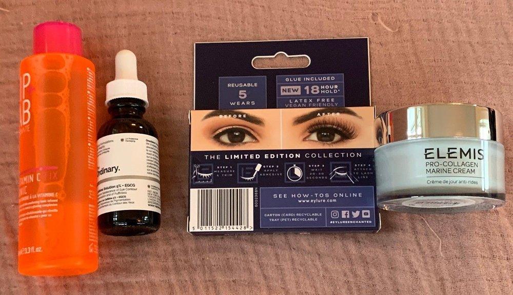 Klikk på bildet for å forstørre. Her er noen av produktene du finner i Asos-kalenderen. Gode kvalitetsprodukter, og med høy variasjon. Hver luke er spennende.