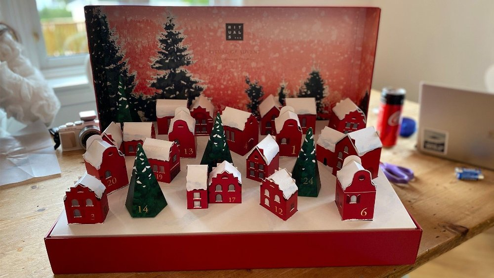 Klikk på bildet for å forstørre. Kalenderen pynter opp hele desember (eller tidligere om du ønsker det). Inni husene og trærne er gavene du får.