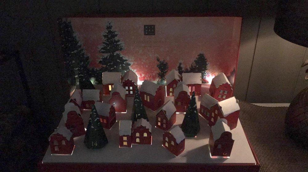 Klikk på bildet for å forstørre. Vi har jukset litt og lånt et bilde av hvordan kalenderen ser ut med lys på.