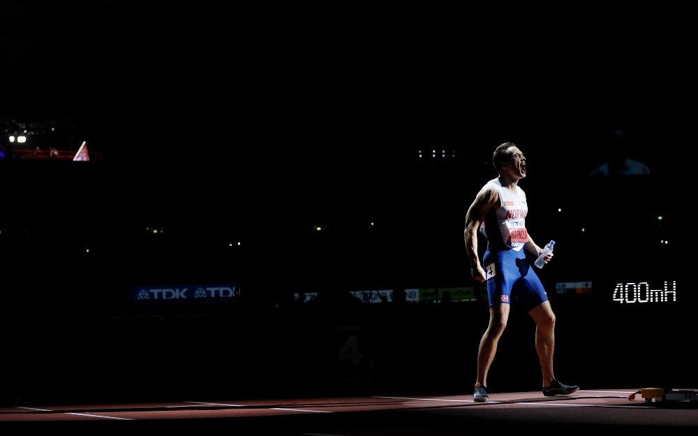Klikk på bildet for å forstørre. KJEN STIL: Her psyker Karsten Warholm seg opp før han løp inn til sitt andre VM-gull. Det skjedde i Doha i 2019.