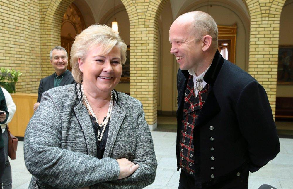 Klikk på bildet for å forstørre. Oslo 20190508. Statsminister Erna Solberg sammen Sp leder Trygve Slagsvold Vedum i bunad etter Stortingets muntlige spørretime.
