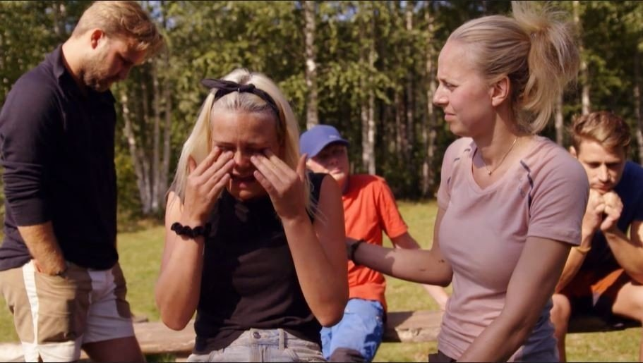 Klikk på bildet for å forstørre. TOK TIL TÅRENE: Flere deltakere, blant andre Wiktoria, tok til tårene da de forsto at Nils Kvalvik valgte å trekke seg frivillig.