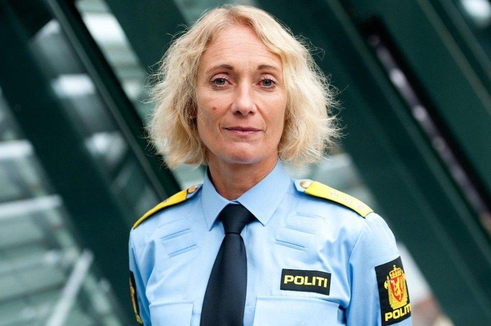 Klikk på bildet for å forstørre. Rektor ved Politihøgskolen Nina Skarpenes. Bildet av Skarpenes som smiler rett i kamera. Har lyst hår og politiuniform på seg.