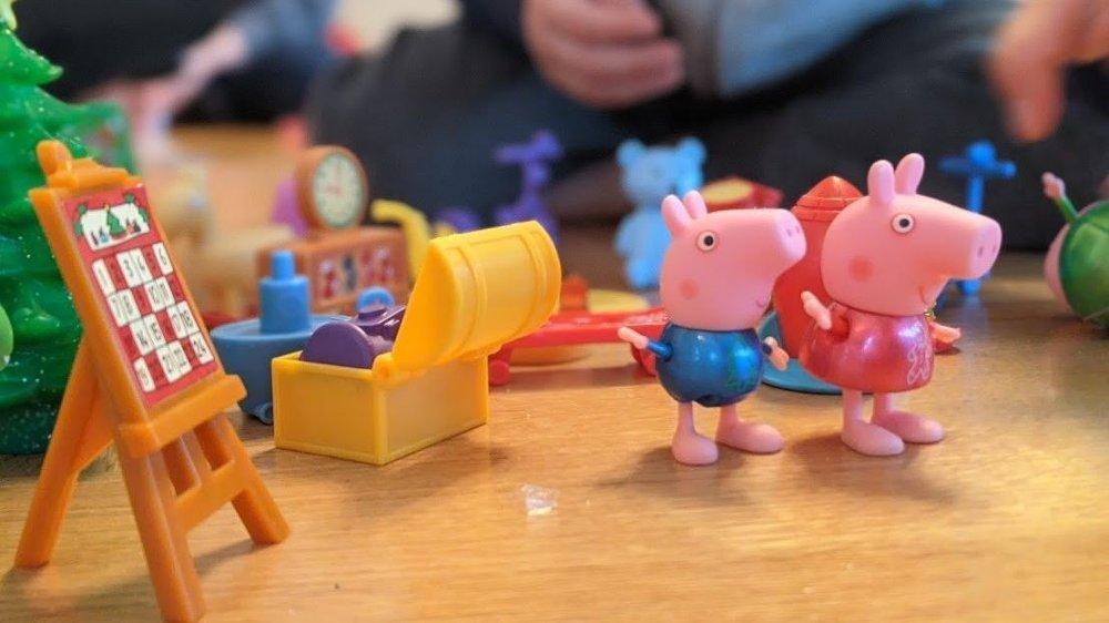Klikk på bildet for å forstørre. Du får hele Peppa Gris-familien samt mange leker, og utstyr som kan brukes til å lage et lite Peppa Gris-hus. En meget god kalender.