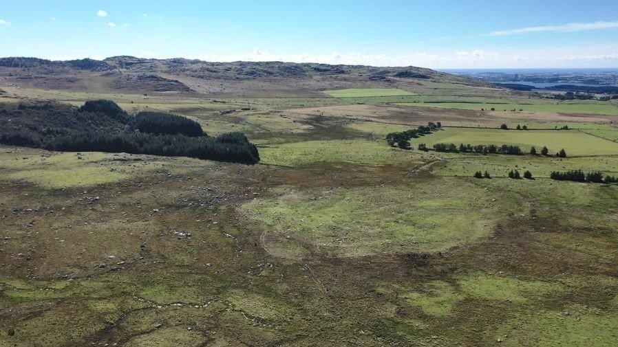 Klikk på bildet for å forstørre. AKTUELT: Dette er et av områdene som Green Mountain og Lyse ønsker å bygge datasentre på. - Ingen skal ta høyproduktiv matjord. Samtidig må vi understreke at jorden på Kalberg er en blanding av jord av ulik kvalitet. Noe er dyrket, men mye er også utmark og stein, sier Lyses Eirik Gundegjerde.