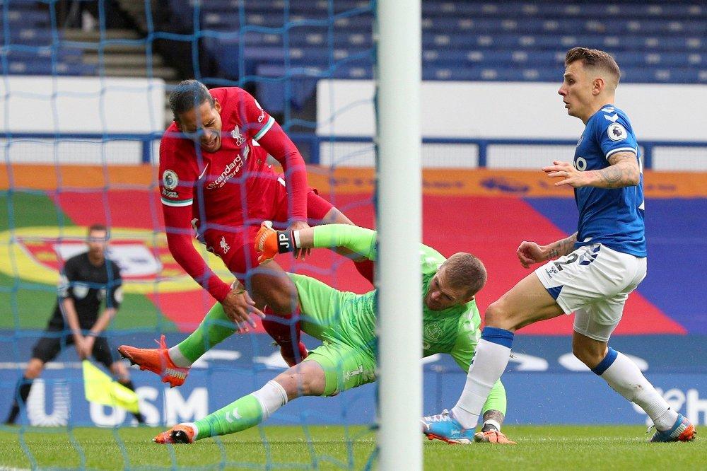 Klikk på bildet for å forstørre. RYSTENDE: Virgil van Dijk ble regelrett høvlet ned av Jordan Pickford tidlig i lørdagens lokalderby mellom Everton og Liverpool.