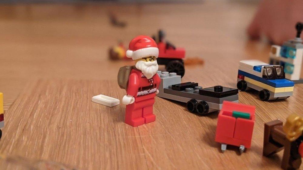 Klikk på bildet for å forstørre. Nissen, noen kule biler og bra julestemning = vår favoritt.