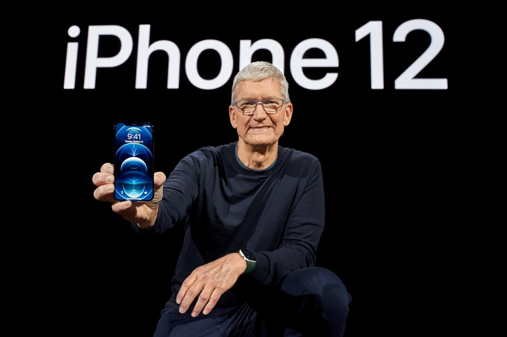 Klikk på bildet for å forstørre. Apple CEO Tim Cook poses with the all-new iPhone 12 Pro at Apple Park in Cupertino, California, U.S. in a photo released October 13, 2020. Brooks Kraft/Apple Inc./Handout via REUTERS NO RESALES. NO ARCHIVES. THIS IMAGE HAS BEEN SUPPLIED BY A THIRD PARTY.