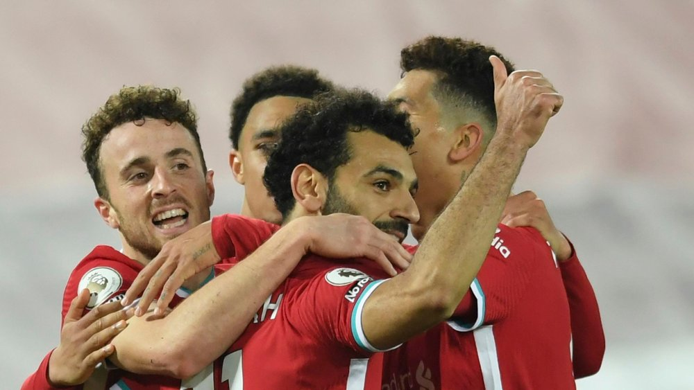 Klikk på bildet for å forstørre. Liverpool's Diogo Jota, left, celebrates with teammates including Liverpool's Mohamed Salah, center, who give a thumbs up, as they celebrate Jota scoring his sides second goal of the game during the English Premier League soccer match between Liverpool and Sheffield United at Anfield in Liverpool, England, Saturday, Oct. 24, 2020. Liverpool won the game 2-1.