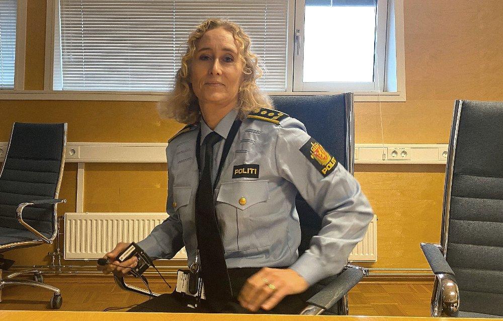 Klikk på bildet for å forstørre. Politiinspektør Agnes Beate Hemiø. Sitter på en stol på et møterom og ser i kamera.