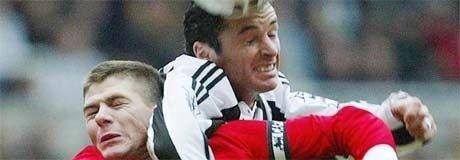 Newcastles Gary Speed i duell med Liverpools Steven Gerrard i 1-1-oppgjøret på St James' Park.