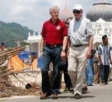 Bill Clinton og George Bush sr. i Banda Aceh i Indonesia.