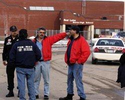 Politi og brannmenn utenfor Red Lake High School i Minnesota.