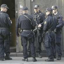 Bevæpnet politi under et aksjon i forbindelse med etterforskningen av Nokas-ranet.