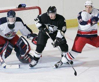 Ole-Kristian Tollefsen (t.h) i duell med superstjernen Sidney Crosby under en treningskamp mellom Columbus Blue Jackets og Pittsburgh Penguins før 2005/06-sesongen.