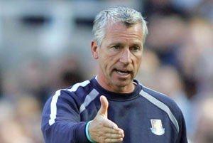Charlton-manager Alan Pardew måtte tåle mishagsytringer fra sine tidligere fans i West Ham.