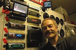 SALGSSUKSESS: Roger Brunvoll i Radioservice AS selger flust av GPS- og DVD-anlegg til bilister i alle aldre. Foto: Roy Hilmar Svendsen/iBergen.no