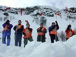 Mannskaper fra Norsk Folkehjelp øver på søk i et snøskred i Tromsdalen.