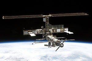 Dette bildet av Den internasjonale romstasjonen (ISS) ble tatt fra romfergen Discovery i juli 2005.