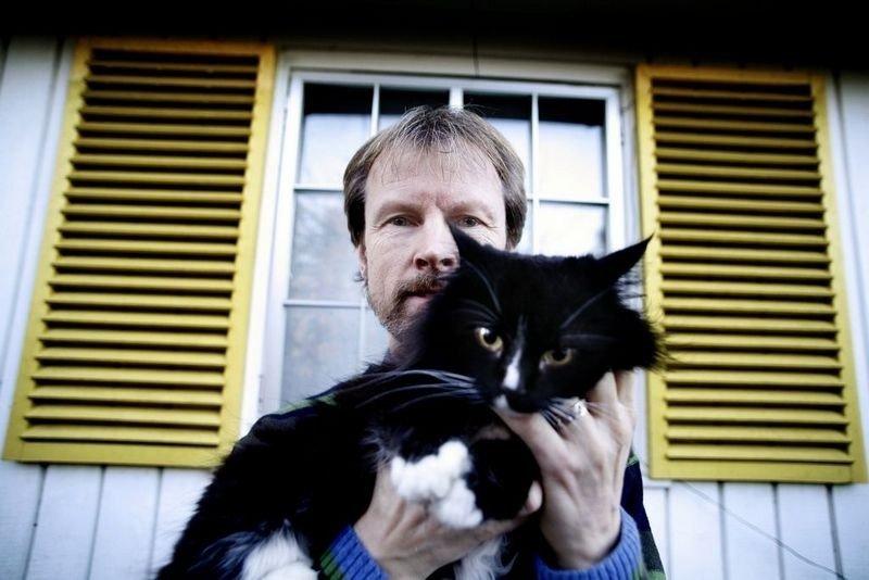 KAMERATER: Skogkatten Rampoline og kjæledyrforsker Bjarne O. Braastad beriker hverandres liv.