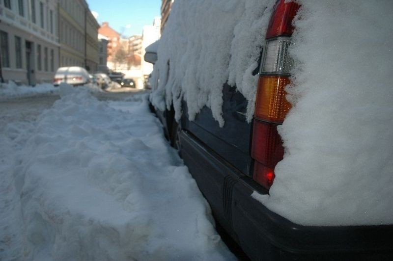 Bilene har tidvis stått dekket av snø i Oslo de siste dagene.