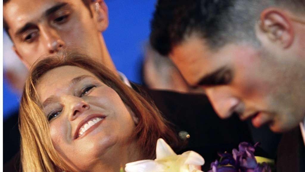 JUBLET: Tzipi Livni, Israels utenriksminister og leder for Kadima-partiet, her omgitt av livvakter, jubler over valgresultatet.