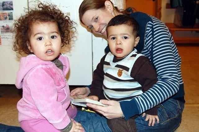 Også de minste har lesestund og bibliotek på avdelingen. Her leser pedagogiske lederen Linda Liavåg for Niema og Elias.