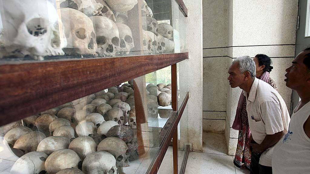 OFRE: Kambodsjanske Koun Vandara og Su Sout mistet familiemedlemmer under Røde Khmer-regimet. Her studerer de utstillingen om folkemordet i Phnom Penh. Tirsdag startet rettssaken mot fem Røde Khmer-veteraner.