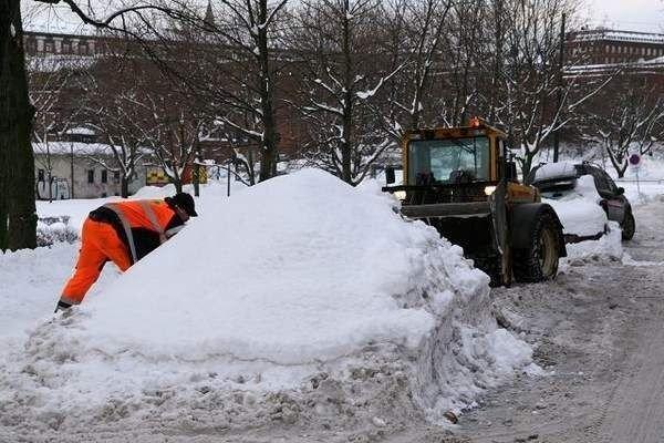 Runar Nesbye i Oslo Vei graver seg inn i snøhaugen og konstaterer at det ikke er noen bil under før han setter seg tilbake i hjullasteren for å fjerne snøen. (ALLE FOTO: ØYSTEIN DAHL JOHANSEN)