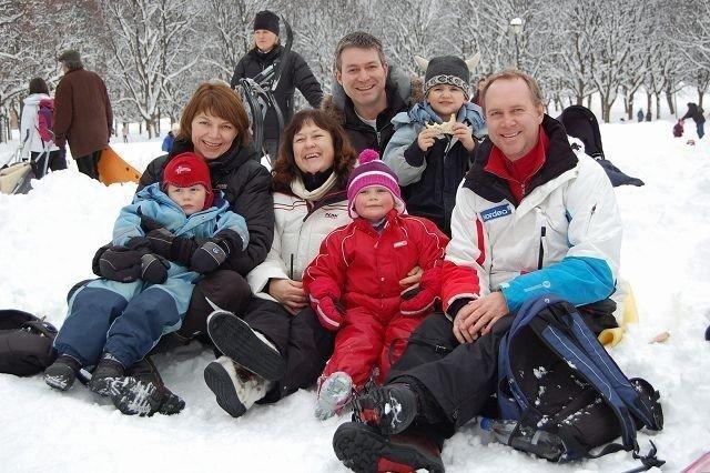 Familien Høyer nøt en pust i bakken mellom sik-slagenene.