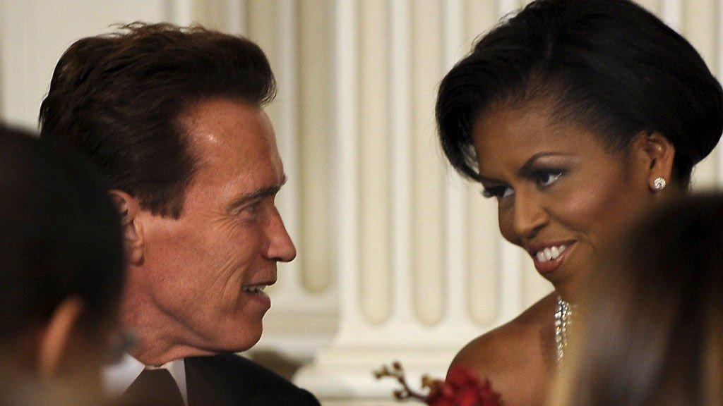 KOSTE SEG: Arnold Schwarzenegger fikk førstedamen Michelle Obama til bords på den første gallamiddagen i Det hvite hus.