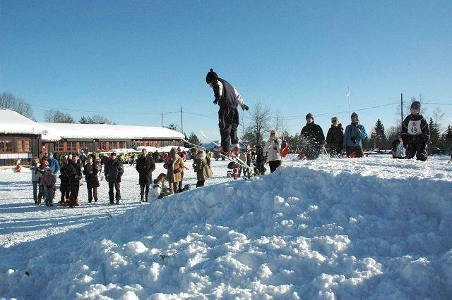 """Barna fra Skistua barnehage storkoste seg i barnehagens """"skiarena"""" der også foreldrene var inviterte til vinterfest med masse lek og god mat. Foto: Anders Jørstad"""