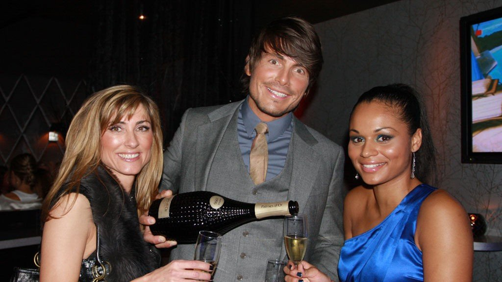 Jørgen Festervoll hadde som mål å behandle alle på riktig måte. Her sjenker han ut champagne til Maria Beathe Hotsøy og Natalie Berge.