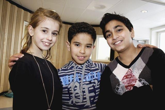 Naima Marsse (11), Zakaria Amergoule (10) og Karan Paul (10) gleder seg til kveldens konsert på Linderud skole.
